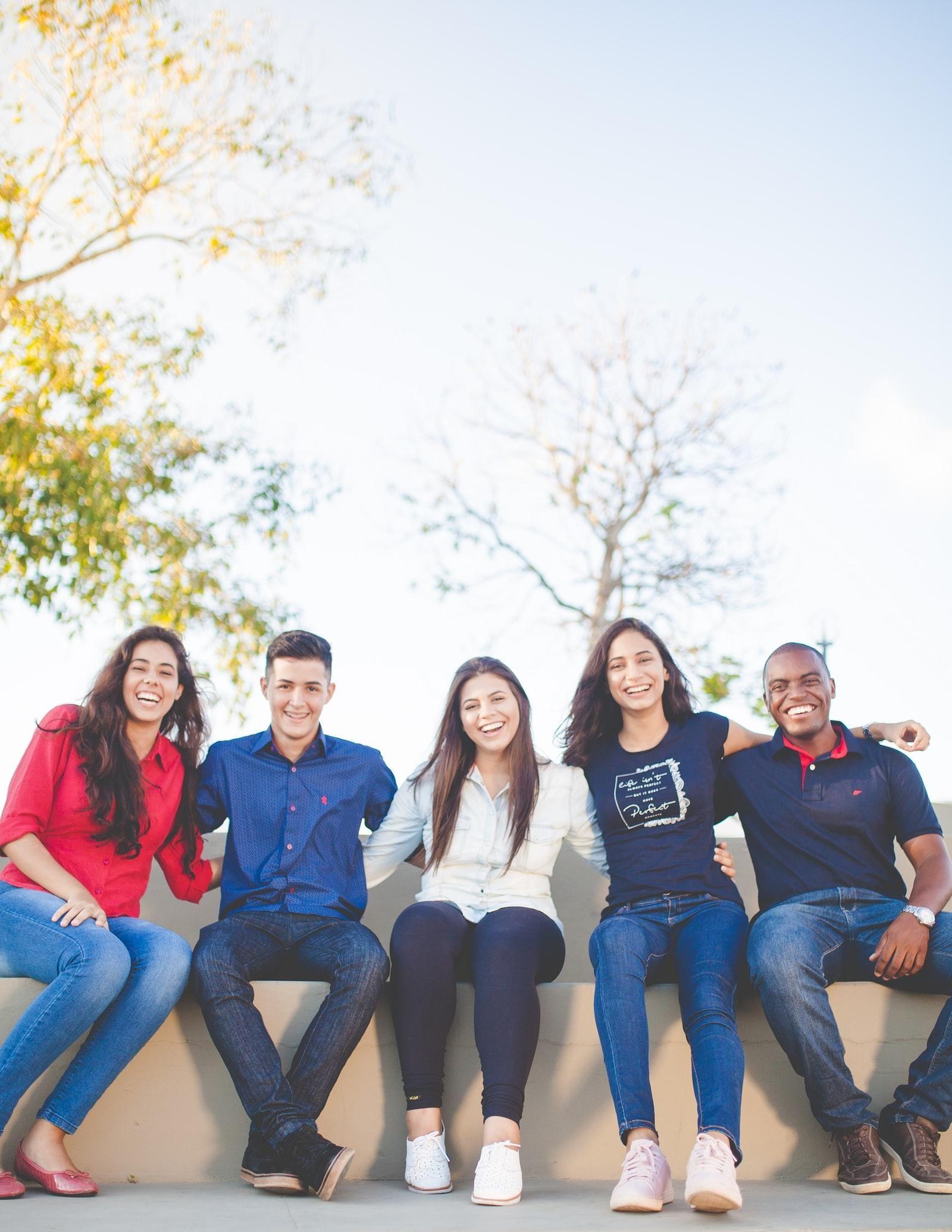 Amigos em campus universitário
